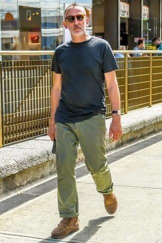 Combinar un pantalón chino con unas botas safari: Considera ponerse una camiseta con cuello circular azul marino y un pantalón chino para una vestimenta cómoda que queda muy bien junta. Botas safari levantan al instante cualquier look simple.