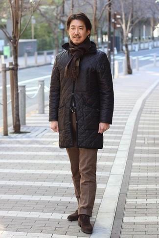 Combinar un abrigo de plumón negro: Opta por un abrigo de plumón negro y un pantalón de vestir de lana marrón para una apariencia clásica y elegante. Si no quieres vestir totalmente formal, completa tu atuendo con botas safari de ante en marrón oscuro.
