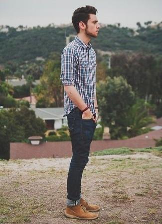 Combinar una camisa de manga larga de tartán azul marino: Casa una camisa de manga larga de tartán azul marino junto a unos vaqueros azul marino para una apariencia fácil de vestir para todos los días. Elige un par de botas safari de ante marrón claro para mostrar tu inteligencia sartorial.