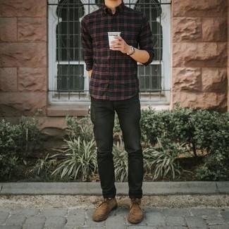 Combinar unos calcetines: Una camisa de manga larga de tartán negra y unos calcetines son tu atuendo para salir los días de descanso. Con el calzado, sé más clásico y elige un par de botas safari de ante marrón claro.