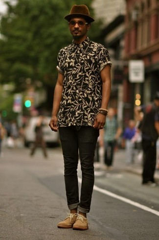 Cómo combinar: sombrero de lana morado oscuro, botas safari de ante marrón claro, vaqueros pitillo negros, camisa de manga corta con print de flores negra