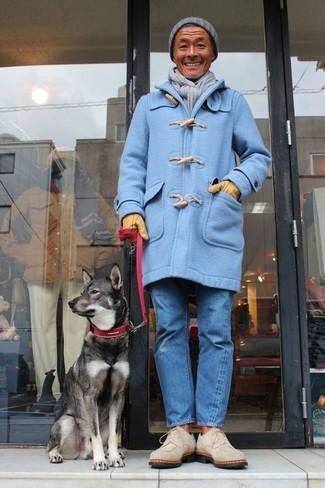Cómo combinar: gorro gris, botas safari de ante en beige, vaqueros azules, trenca celeste