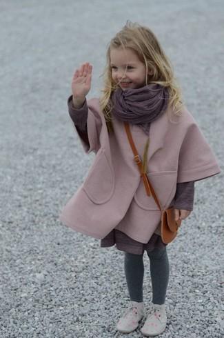 Cómo combinar: bufanda morado, botas safari grises, vestido morado, abrigo rosado