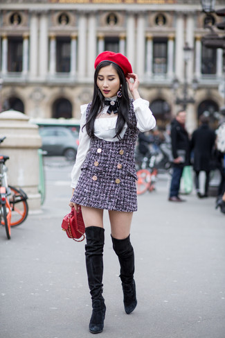 Cómo combinar: bolso bandolera de cuero acolchado rojo, botas sobre la rodilla de ante negras, blusa de manga larga blanca, pichi de tweed azul marino