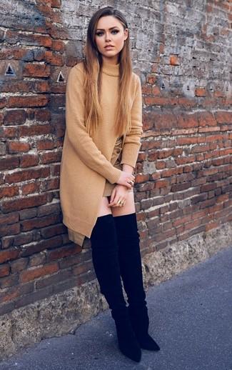 Cómo combinar: botas sobre la rodilla de ante negras, minifalda marrón claro, túnica de punto marrón claro
