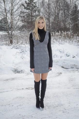 Cómo combinar: botas sobre la rodilla de ante negras, pichi de tartán gris, jersey de cuello alto negro