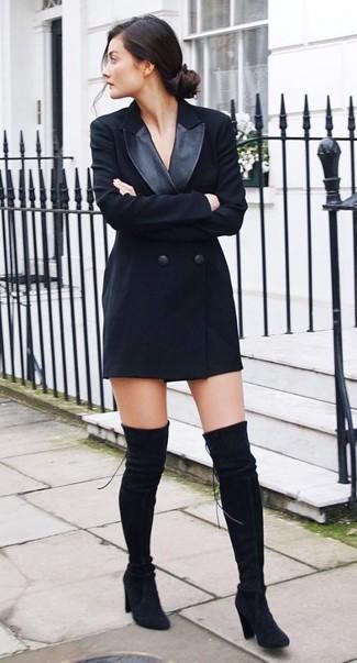 Cómo combinar: botas sobre la rodilla de ante negras, vestido de esmoquin negro