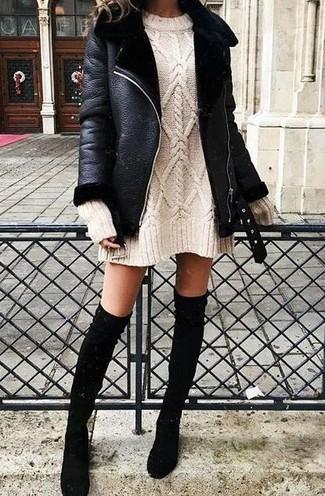Cómo combinar: botas sobre la rodilla de ante negras, vestido jersey en beige, chaqueta de piel de oveja negra