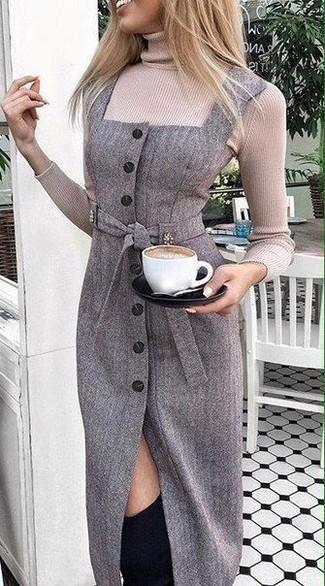 Cómo combinar: botas sobre la rodilla de ante negras, vestido tubo de lana en gris oscuro, jersey de cuello alto en beige