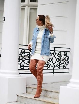 Outfits mujeres: Para un atuendo que esté lleno de caracter y personalidad considera ponerse una chaqueta vaquera celeste y un vestido jersey blanco. Con el calzado, sé más clásico y elige un par de botas sobre la rodilla de ante rosadas.