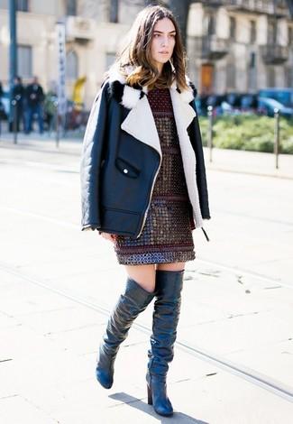 Cómo combinar: botas sobre la rodilla de cuero negras, vestido recto burdeos, chaqueta de piel de oveja en negro y blanco