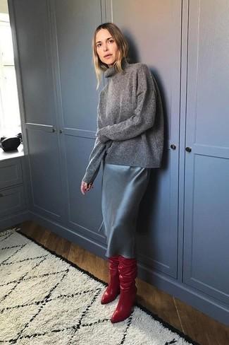 Cómo combinar: botas sobre la rodilla de cuero rojas, falda lápiz de cuero negra, jersey de cuello alto en gris oscuro