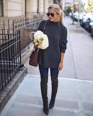 Cómo combinar: bolso bandolera de cuero burdeos, botas sobre la rodilla de ante en gris oscuro, vaqueros pitillo azul marino, jersey oversized de punto en gris oscuro