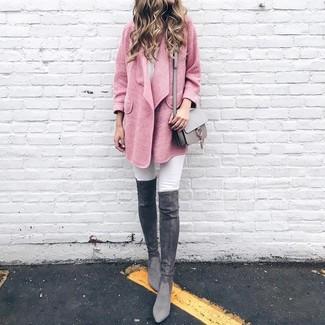 Combinar unas botas sobre la rodilla de ante en gris oscuro: Considera emparejar un abrigo rosado con unos vaqueros pitillo blancos para una apariencia fácil de vestir para todos los días. Botas sobre la rodilla de ante en gris oscuro son una opción estupenda para completar este atuendo.