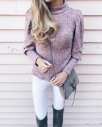 Cómo combinar: bolso bandolera de ante gris, botas sobre la rodilla de ante en gris oscuro, vaqueros pitillo blancos, jersey de cuello alto rosado