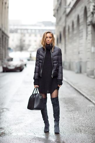 Cómo combinar: bolsa tote de cuero negra, botas sobre la rodilla de ante en gris oscuro, vestido jersey de punto negro, plumífero negro