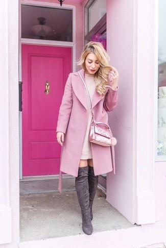 Combinar unas botas sobre la rodilla de ante en gris oscuro: Este combo de un abrigo rosado y un vestido jersey rosado te permitirá mantener un estilo cuando no estés trabajando limpio y simple. Este atuendo se complementa perfectamente con botas sobre la rodilla de ante en gris oscuro.