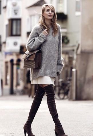 Cómo combinar: bolso bandolera de cuero en marrón oscuro, botas sobre la rodilla de ante en marrón oscuro, falda línea a en beige, jersey oversized gris