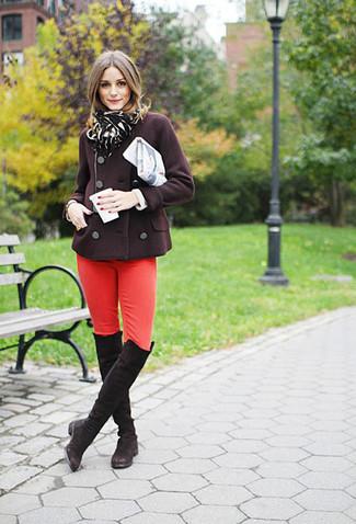 Cómo combinar: bufanda de leopardo negra, botas sobre la rodilla de ante en marrón oscuro, vaqueros pitillo rojos, chaquetón en marrón oscuro