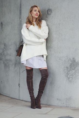 Cómo combinar: bolso bandolera de cuero en marrón oscuro, botas sobre la rodilla de ante en marrón oscuro, vestido camisa de rayas verticales blanca, jersey oversized blanco