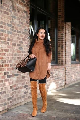 Cómo combinar: bolsa tote de cuero de leopardo en negro y marrón claro, botas sobre la rodilla de ante en tabaco, leggings negros, túnica de lana de punto marrón