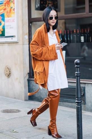 Cómo combinar: gafas de sol negras, botas sobre la rodilla de cuero en tabaco, vestido camisa blanca, chaqueta motera de ante naranja