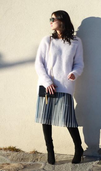 Cómo combinar: bolso bandolera de cuero negro, botas sobre la rodilla de ante negras, falda midi plisada gris, jersey oversized de mohair en beige