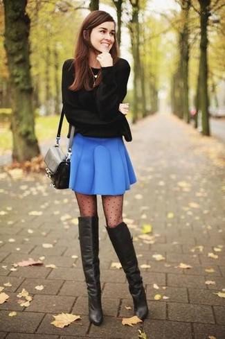 Cómo combinar: bolso bandolera de cuero negro, botas sobre la rodilla de cuero negras, falda skater azul, jersey con cuello circular negro