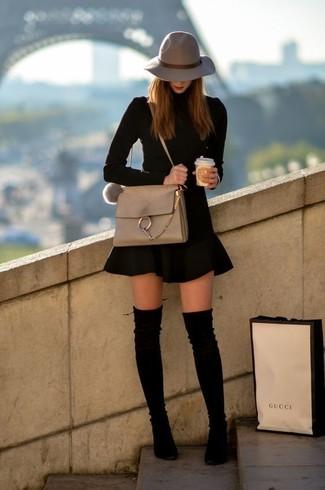 Cómo combinar: bolso bandolera de cuero en beige, botas sobre la rodilla de ante negras, falda skater negra, jersey de cuello alto negro