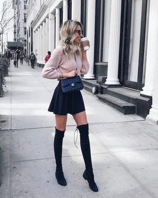 Combinar una falda skater negra: Un jersey de ochos de punto rosado y una falda skater negra son una opción muy buena para el fin de semana. Elige un par de botas sobre la rodilla de ante negras para mostrar tu lado fashionista.