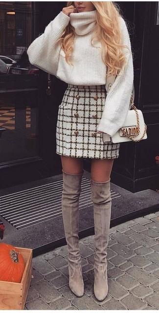 Cómo combinar: bolso bandolera de cuero blanco, botas sobre la rodilla de ante grises, minifalda de tweed a cuadros blanca, jersey de cuello alto de lana de punto blanco