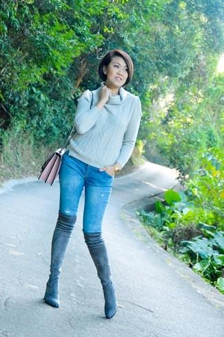 Cómo combinar: bolso bandolera de cuero rosado, botas sobre la rodilla de ante grises, vaqueros azules, jersey con cuello vuelto holgado gris