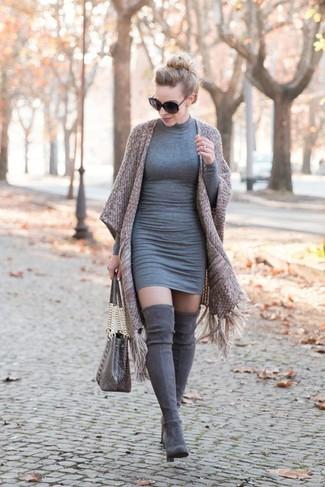 Cómo combinar: bolsa tote de cuero con print de serpiente gris, botas sobre la rodilla de ante grises, vestido ajustado gris, quimono marrón