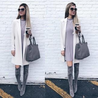 Cómo combinar: bolsa tote de cuero gris, botas sobre la rodilla de ante grises, vestido recto gris, abrigo blanco