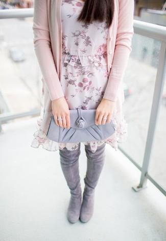 Cómo combinar: cartera sobre de cuero gris, botas sobre la rodilla de ante grises, vestido recto de gasa con print de flores rosado, cárdigan rosado