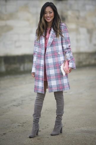 Cómo combinar: cartera sobre de cuero rosada, botas sobre la rodilla de ante grises, vestido tubo de encaje rosado, abrigo de tartán rosado