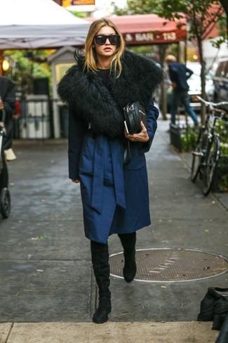 Cómo combinar: bolso bandolera de cuero negro, botas sobre la rodilla de ante negras, jersey con cuello circular negro, abrigo azul marino