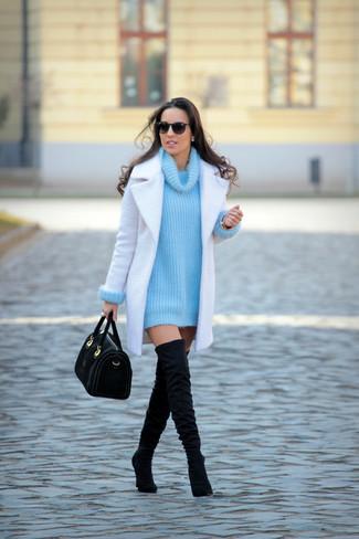 Cómo combinar: bolso de hombre de ante negro, botas sobre la rodilla de ante negras, jersey con cuello vuelto holgado de punto en turquesa, abrigo blanco