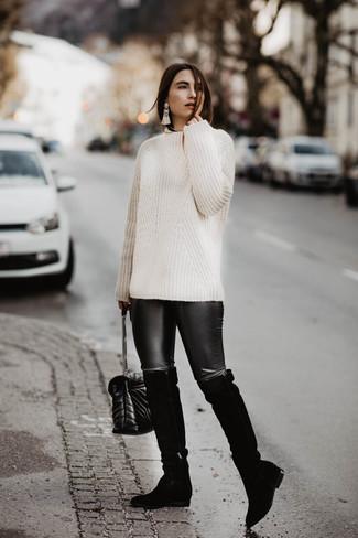 Cómo combinar: bolso bandolera de cuero acolchado negro, botas sobre la rodilla de ante negras, leggings de cuero negros, jersey de ochos blanco