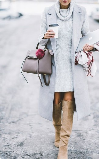 Cómo combinar: bolsa tote de cuero gris, botas sobre la rodilla de ante marrón claro, vestido jersey de punto gris, abrigo sin mangas gris