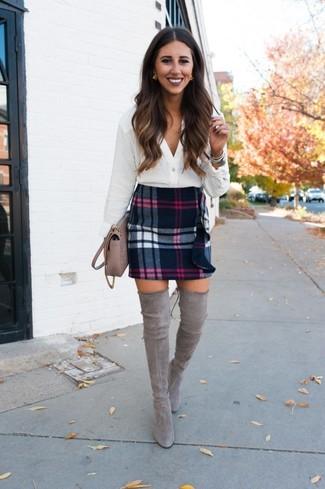 Cómo combinar: bolso bandolera de cuero en beige, botas sobre la rodilla de ante grises, minifalda de lana de tartán negra, blusa de botones blanca