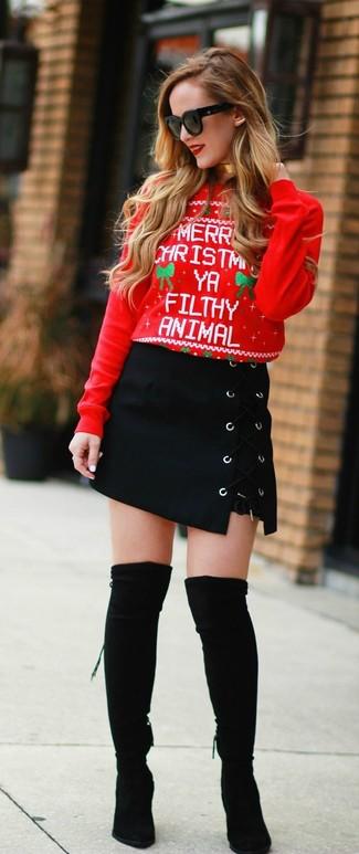 Cómo combinar: gafas de sol negras, botas sobre la rodilla de ante negras, minifalda de ante negra, jersey con cuello circular de navidad rojo