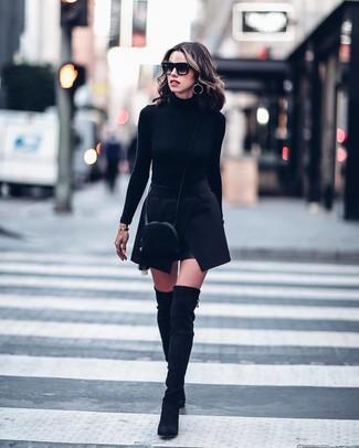 Outfits mujeres: Intenta ponerse un jersey de cuello alto negro y una minifalda negra para una vestimenta cómoda que queda muy bien junta. Este atuendo se complementa perfectamente con botas sobre la rodilla de ante negras.