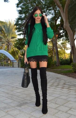 Cómo combinar: bolsa tote de cuero negra, botas sobre la rodilla de ante negras, minifalda de encaje negra, jersey de ochos verde