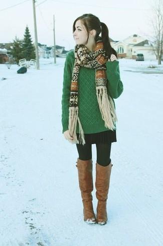 Cómo combinar: bufanda de grecas alpinos en beige, botas sobre la rodilla de cuero marrónes, minifalda plisada negra, jersey de ochos verde