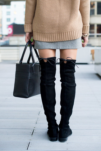 Cómo combinar: bolsa tote de cuero negra, botas sobre la rodilla de ante negras, minifalda de tweed gris, jersey oversized de punto marrón claro