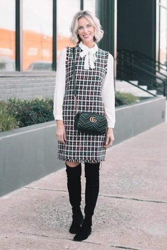 Cómo combinar: bolso bandolera de cuero acolchado negro, botas sobre la rodilla de ante negras, blusa de manga larga blanca, pichi de tweed en multicolor