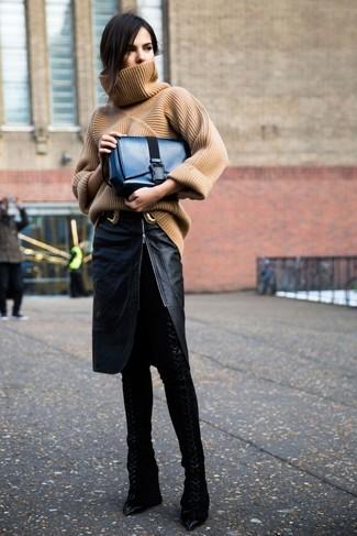 Combinar un bolso de hombre de cuero azul marino: Para un atuendo tan cómodo como tu sillón utiliza un jersey de cuello alto de punto marrón claro y un bolso de hombre de cuero azul marino. Elige un par de botas sobre la rodilla de cuero negras para mostrar tu lado fashionista.
