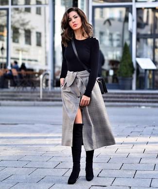Cómo combinar: bolso bandolera de cuero negro, botas sobre la rodilla de ante negras, falda midi de tartán gris, jersey con cuello circular negro