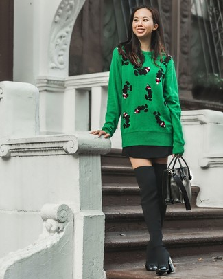 Combinar una falda skater negra: Emparejar un jersey con cuello circular estampado verde junto a una falda skater negra es una opción estupenda para el fin de semana. Con el calzado, sé más clásico y complementa tu atuendo con botas sobre la rodilla de lona negras.